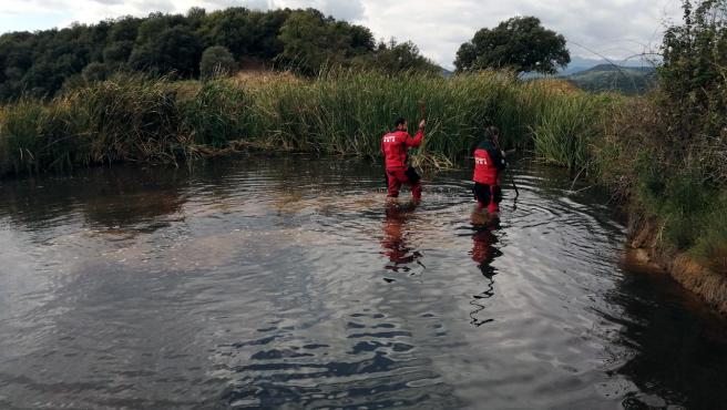 Efectivos de los Bomberos de la Generalitat buscando en una balsa de agua.
