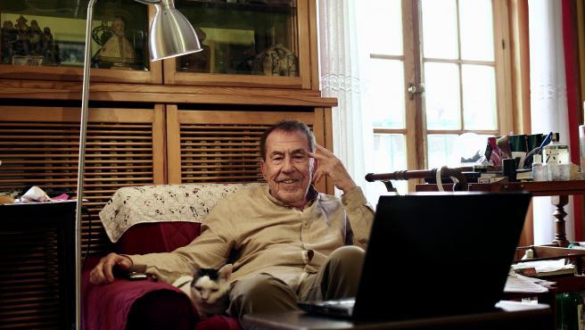 El escritor Fernando Sánchez Dragó posa para '20minutos' en su casa.