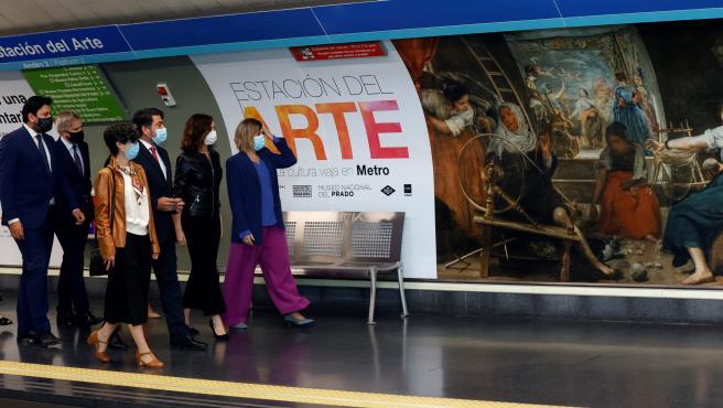 'Las hilanderas', de Diego de Velázquez, reciben desde este lunes a los viajeros en la Estación del Arte de metro.