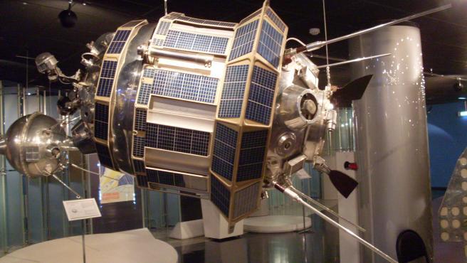 Maqueta de la nave espacial Luna 3 en el Museo Conmemorativo de Astronáutica (Moscú).