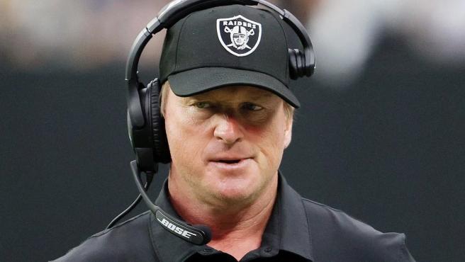 Jon Gruden dimite como entrenador de Las Vegas Raiders.