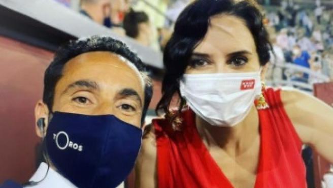 La presidenta de la Comunidad de Madrid, Isabel Díaz Ayuso, junto al periodista David Casas Ramos en Las Ventas.