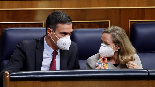 El presidente Sánchez y la vicepresidenta económica, Nadia Calviño, este miércoles en el Congreso.