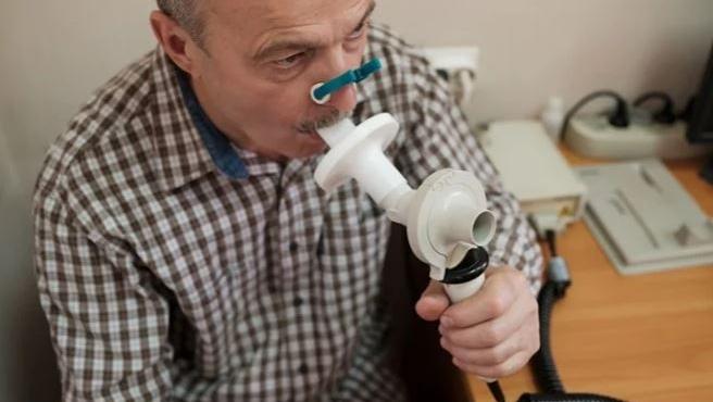 Colocar una pinza en la nariz ayuda a que la prueba de la espirometría salga mejor.