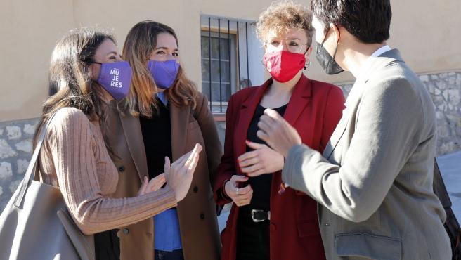 (I-D) La ministra de Igualdad, Irene Montero; la secretaria de Estado de Igualdad y Contra la Violencia de Género, Ángela Rodríguez; la alcaldesa de San Pelayo, Virginia Hernández, y la directora del Instituto de las Mujeres, Toni Morillas,  conversan a su llegada al acto por el Día Internacional de las Mujeres Rurales, a 13 de octubre de 2021, en San Pelayo, Valladolid, (España).