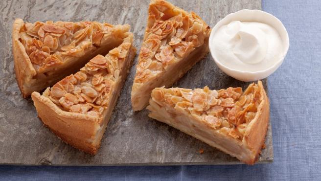 Porciones de tarta de manzana con frutos secos.