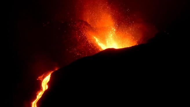 Vista del volcán de La Palma en la madrugada del pasado martes.