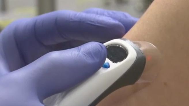 La primera inyección sin aguja podría ser realidad próximamente. Una universidad de Países Bajos está probando un prototipo que inyecta la sustancia correspondiente mediante un láser, en gotas diminutas a través de la cara más exterior de la piel. Penetra un milímetro y al no tocar las terminaciones nerviosas no debería causar ningún dolor.