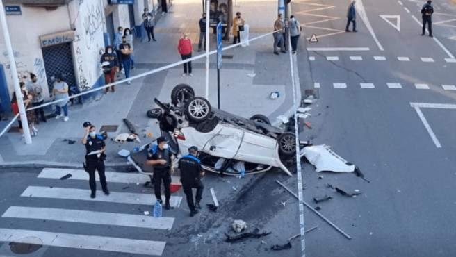 """Un coche se ha precipitado desde un puente de ocho metros de altura por un """"pique"""" entre otros dos vehículos en A Coruña. Tuvo la mala suerte de coincidir con los dos coches que estaban en plena carrera ilegal por la ronda de Outeiro. Intentaban adelantarse y terminaron chocando con él."""