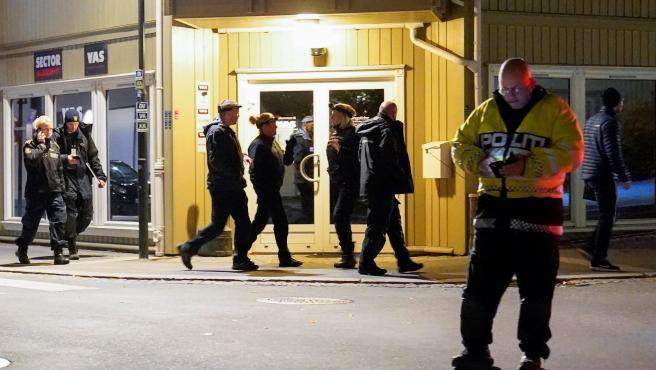 La policía continúa investigando el ataque de Kongsberg en el que han muerto cinco personas.