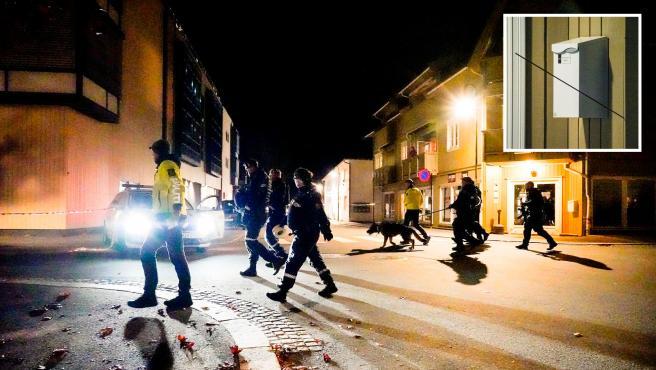 Agentes policiales en la zona donde se produjo el ataque con arco y flechas, en Kongsberg, Noruega. En el recuadro, una de las flechas disparadas por el agresor.