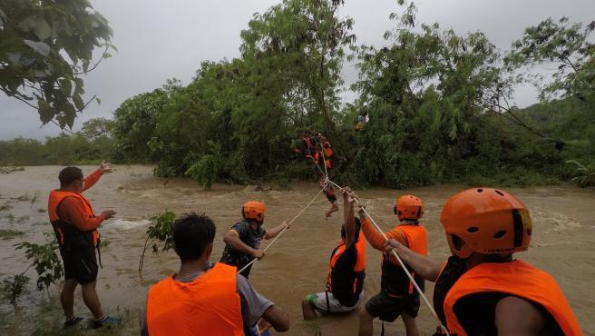 Los servicios de emergencia realiza una operación de rescate en una aldea inundada en la ciudad de Gonzaga, en la provincia filipina de Cagayán tras el paso de la tormenta tropical Kompasu.
