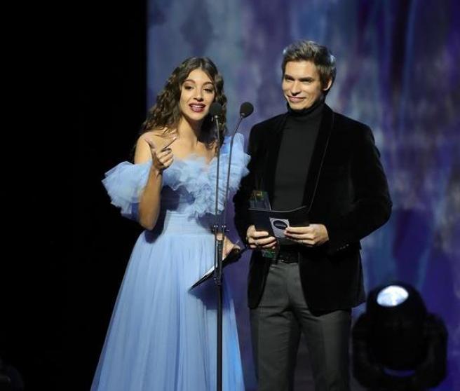 Ana Guerra y el venezolano Carlos Baute, durante la entrega de los primeros Premios Odeón.