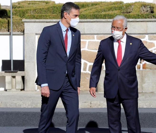 El primer ministro portugués, Antonio Costa (d) y el presidente del Gobierno español, Pedro Sánchez (i) durante la XXXI Cumbre Ibérica en la ciudad lusa de Guarda.