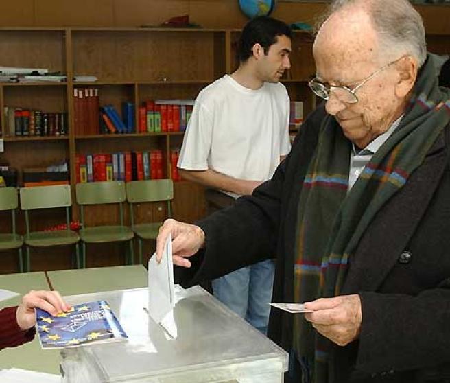 El histórico dirigente comunista Santiago Carrillo votó en el Colegio Santa María del Pilar en Madrid.