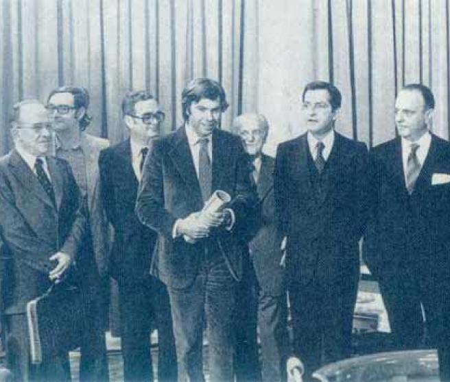 25 de octubre de 1977, en la firma de los Pactos de la Moncloa. De izquierda a derecha, Enrique Tierno Galván, Santiago Carrillo, José María Triginer, Joan Reventós, Felipe González, Juan Ajuriaguerra, Adolfo Suárez, Manuel Fraga, Leopoldo Calvo-Sotelo y Miguel Roca.
