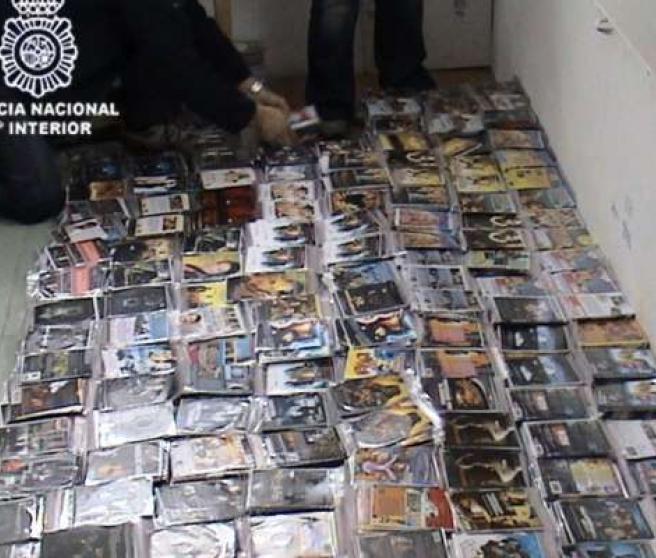 Algunos CD y DVD falsificados incautados por la policía.