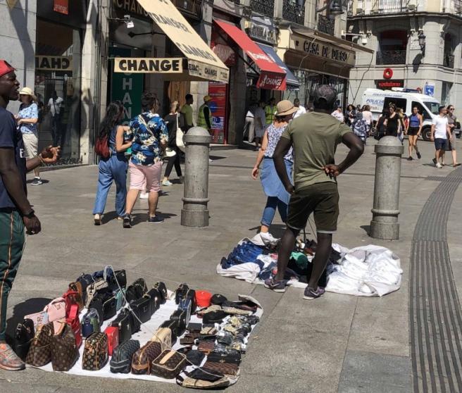 Manteros en la Puerta del Sol de Madrid.