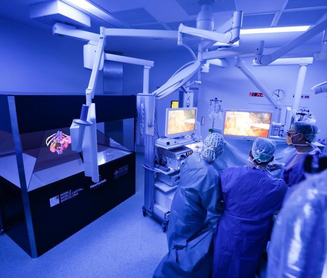 Imagen del quirófeno en el que se ha proyectado una holografía 3D.