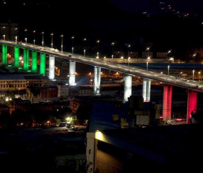 Los 18 pilares del nuevo puente, iluminados con la bandera.