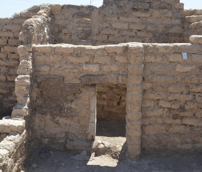 Habitación con una puerta baja
