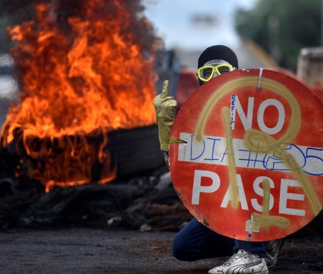 Un manifestante durante las protestas de Cali.
