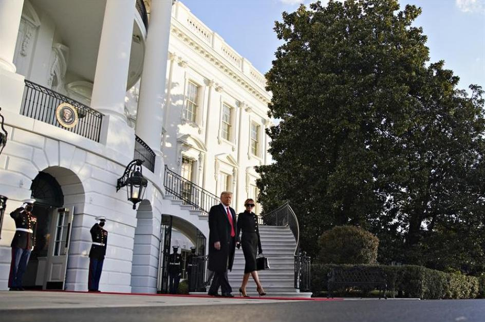 El matrimonio Trump abandona la casa blanca para embarcarse en su viaje en el Marine One.