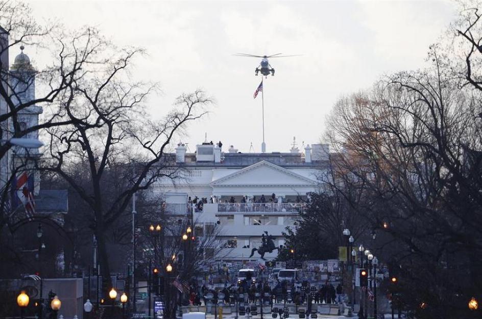 El helicóptero Marine One aterriza en la casa blanca para recoger al presidente saliente Donald Trump.