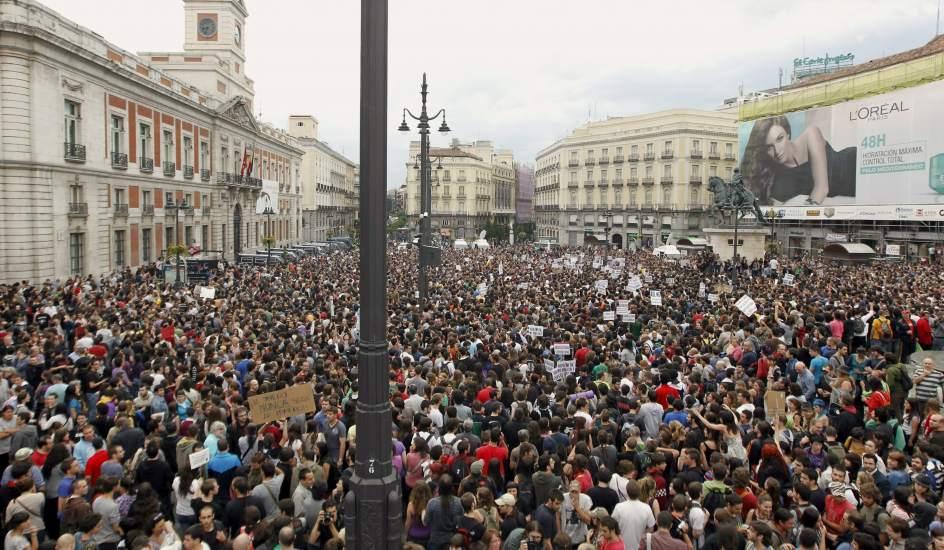 """La intervención policial tuvo una respuesta inmediata: miles de personas se congregraron al día siguiente en la plaza de Sol para mostrar su apoyo a los acampados y a los detenidos con <a title=""""Crónica de la manifestación"""" href=""""http://www.20minutos.es/noticia/1053530/0/15m/manifestacion/acampadasol/"""">una gran manifestación</a> (17 de mayo)."""