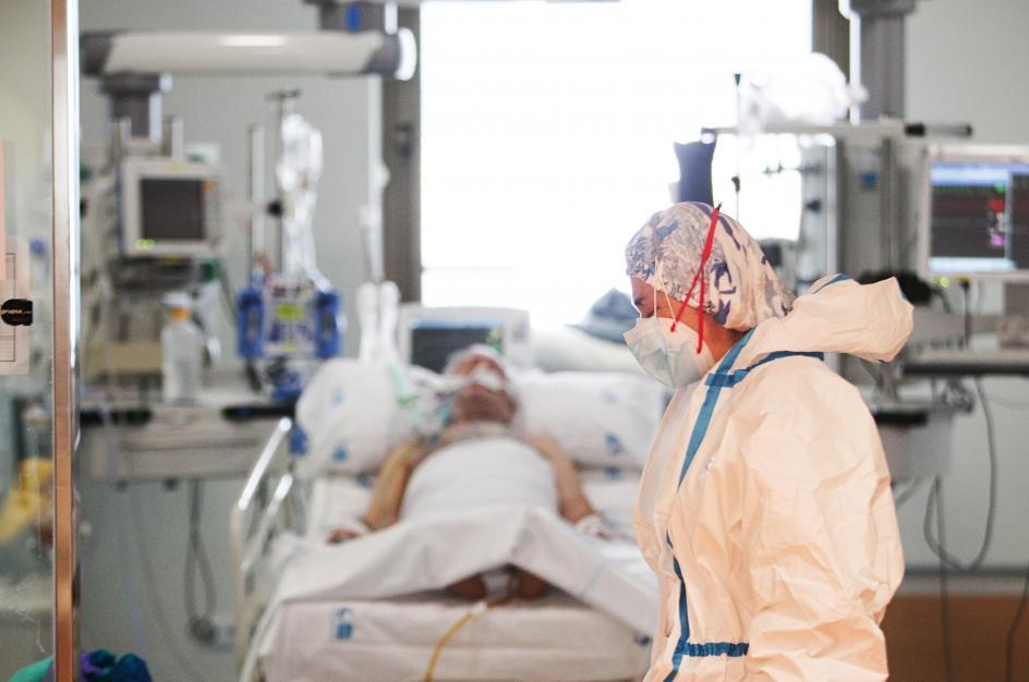 Tan solo cinco pasos separan el control de enfermería del cristal tras el que se encuentra aislado un paciente con Covid. Esos cinco pasos lo son todo, marcan la diferencia entre dos mundos.
