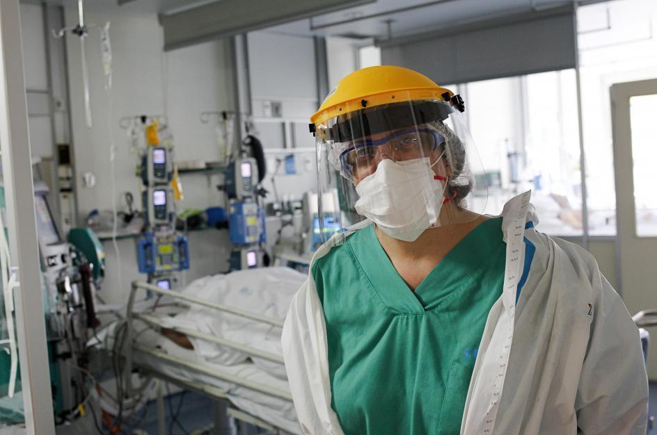Nuria empieza a quitarse el equipo de protección. Lo primero que hace es desinfectarse. Lo segundo, beber, beber mucho. «Con el traje te deshidratas mucho».