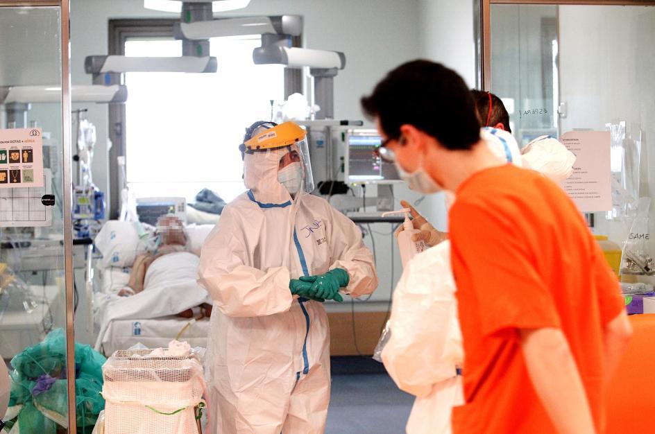 Nos marchamos tras comprobar de primera mano el complejo trabajo del personal sanitario de la UCI del hospital. –¿Queda esperanza? –«Sí»