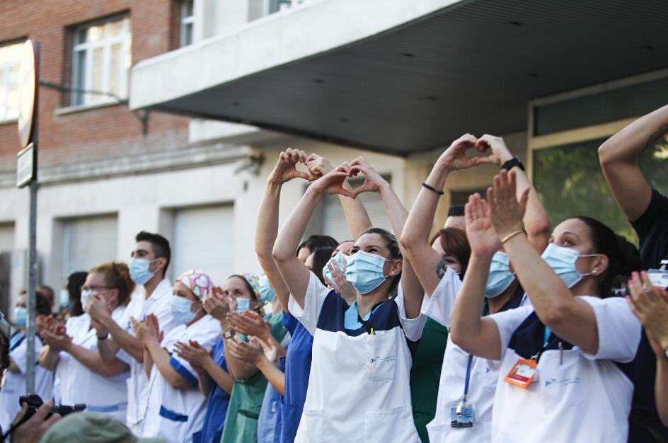 Un grupo de sanitarios aplaude como cada día durante muchos meses a las 20.00 horas.