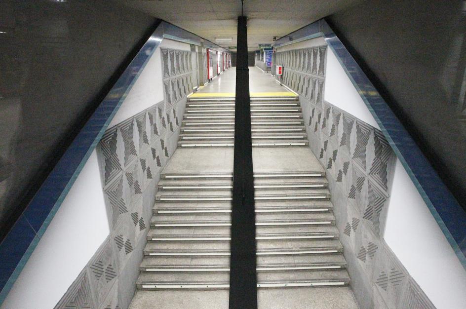 El metro, vacío. Está prohibido pisar la calle, salvo para profesiones esenciales.