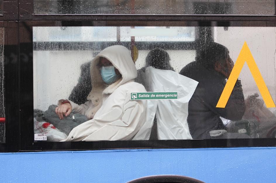 Varias personas con mascarilla en autobús.