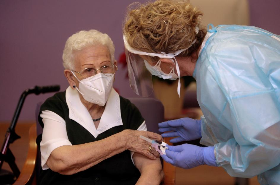 """La anciana de 96 años ha sido la primera persona en vacunarse en España. """"Es algo muy importante, por eso lo he hecho. A ver si podemos conseguir que el virus se vaya"""", ha deseado, desvelando que """"tenía ganas de vacunarme para que salgamos de todo esto, podamos salir y hagamos vida normal""""."""