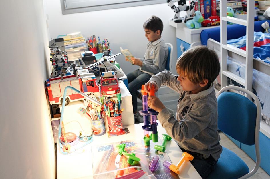 Los niños siguen estudiando en remoto pese a que se levantan algunas restricciones.