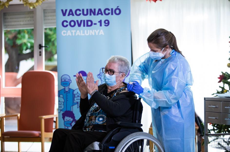 """Con 89 años a cuestas, Josefa ha sido la primera persona en recibir la vacunación contra el coronavirus en Cataluña, en la residencia de ancianos Feixa Llarga, en L'Hospitalet de Llobregat (Barcelona). """"Llevo tiempo diciendo que me quería vacunar"""", ha señalado en TV3, y muy emocionada ha asegurado que """"no me tocó la lotería, como no juego no me toca. Pero hoy sí me ha tocado. Y una de las gordas""""."""