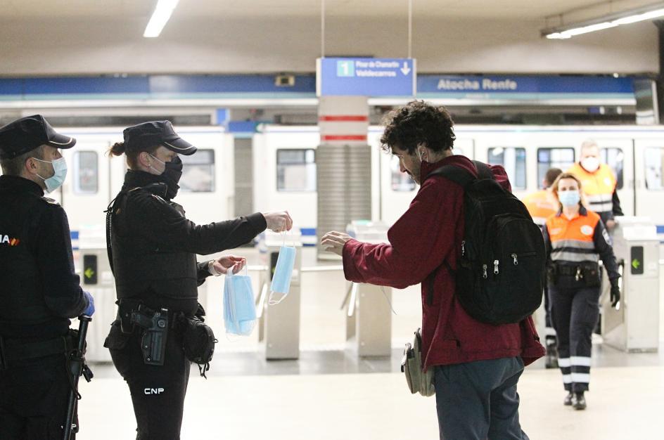 El Metro ofrece mascarillas y gel a los pasajeros meses después de que arrancara la pandemia.