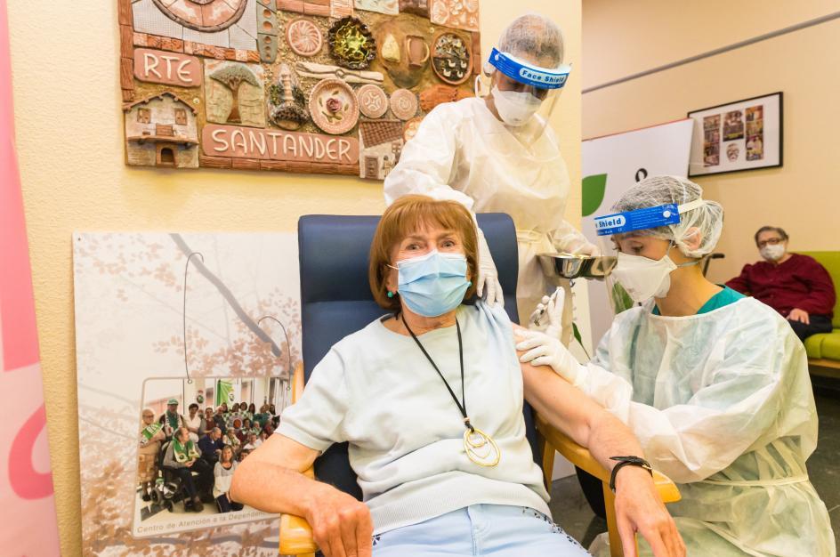 """La mujer de 72 años y usuaria del Centro de Atención a la Dependencia (CAD) de Cueto, ha sido la primera cántabra en recibir la vacuna frente al coronavirus en la región. Así, ha revelado que se ofreció """"con mucho entusiasmo"""" a ser la primera vacunada, ya que estaba """"muy concienciada"""" de la importancia de vacunarse y ha estado animando al resto de compañeros del CAD a que lo hagan también."""
