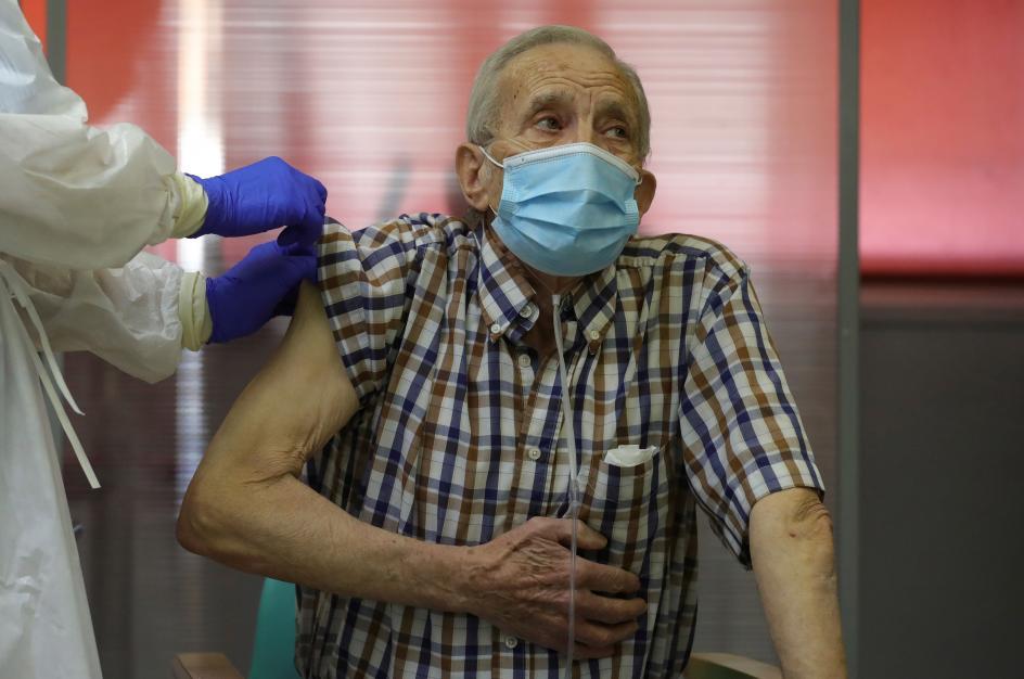 """A sus 72 años y residente de la Residencia de Mayores de Vallecas, ha sido el primero en vacunarse contra la Covid-19 en la Comunidad de Madrid. Tras recibir la vacuna entre aplausos de los sanitarios, ha asegurado que no ha sentido dolor: """"No me he enterado de nada. Todo perfecto""""."""