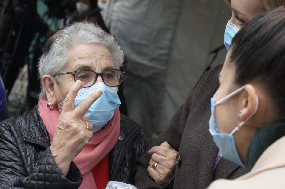 """La compostelana de 82 años, residente del centro de mayores público Porta do Camiño de Santiago y la primera en recibir la vacuna contra la Covid-19 en Galicia, ha confesado sentirse """"como nueva"""" y que no tenía """"miedo ninguno"""" a ponérsela. """"Estoy muy alegre por 'dar' la vacuna la primera e invito a todos a que la 'den"""", ha manifestado la anciana, visiblemente alegre."""