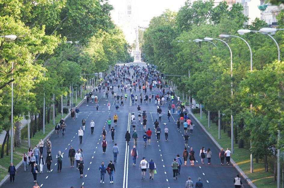El Gobierno levanta restricciones y las personas se echan a las calles.
