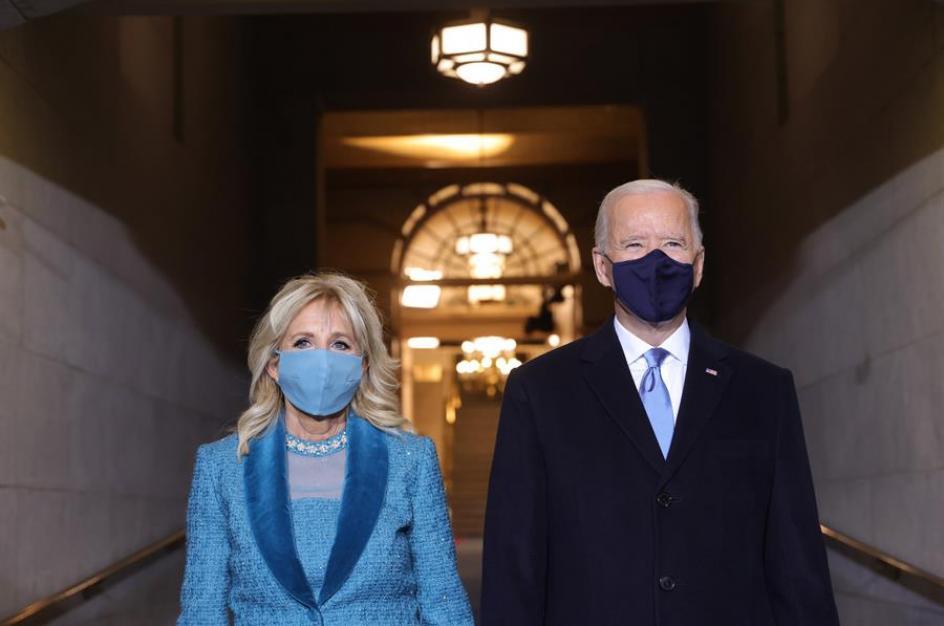 Joe Biden y su esposa Jill atravesando el arco de la cripta del Capitolio para tomar posesión de su cargo como 46º presidente de los Estados Unidos.
