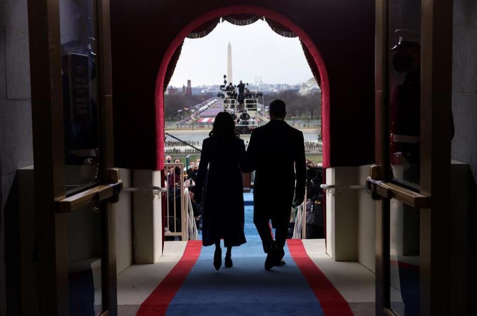 Kamala Harris y su marido Doug Emhoff llegan a la toma de investidura presidencial.