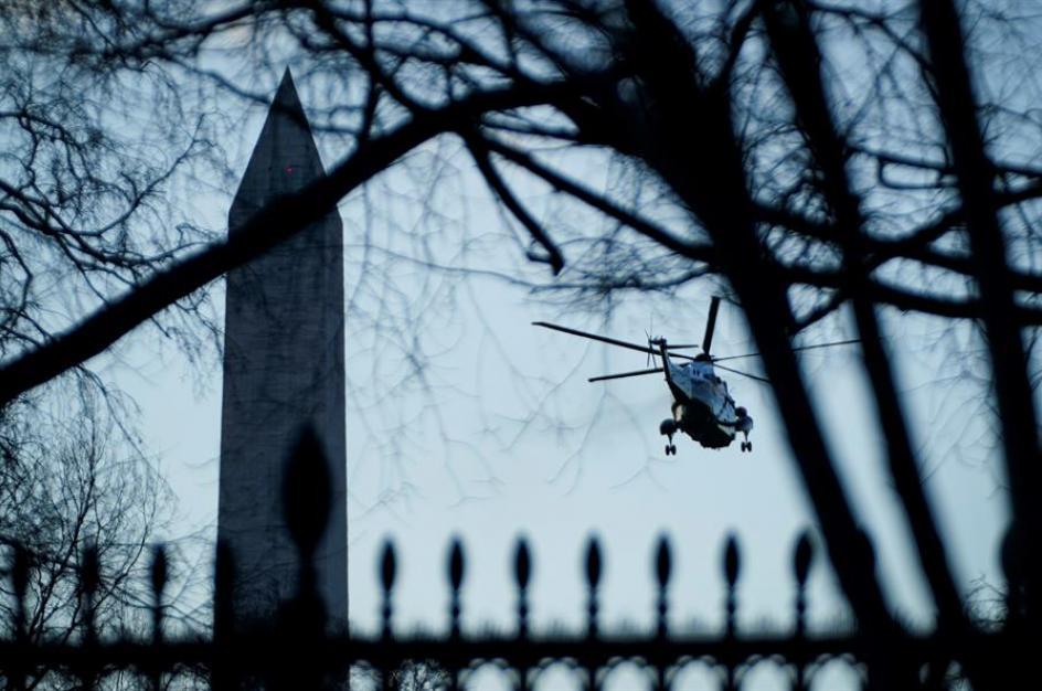 El helicóptero presidencial Marine One sobrevuela Washington con Donald y Melania Trump en su salida de la Casa Blanca.