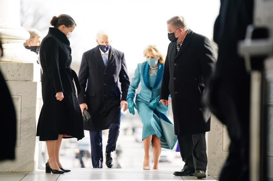 El presidente electo Joe Biden y su esposa Jill atraviesan la puerta este del Capitolio a su llegada para la toma de posesión que le convertirá en el 46º presidente de los Estados Unidos
