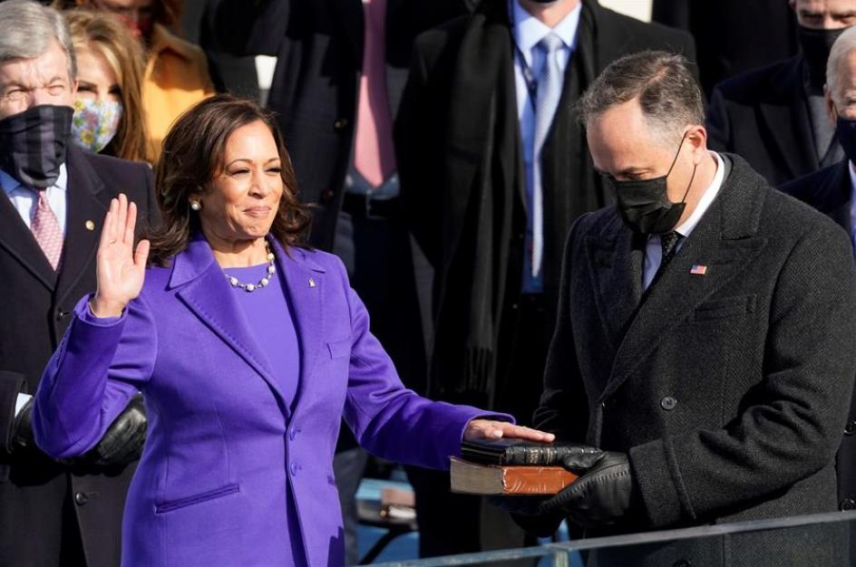 Kamala Harris jura como la primera vicepresidenta de la historia de los Estados Unidos.