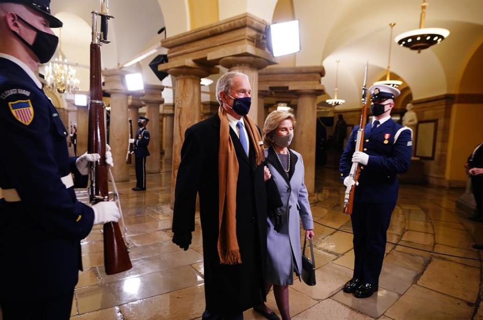 El expresidente George W. Bush y su esposa Laura a su llegada a la ceremonia.