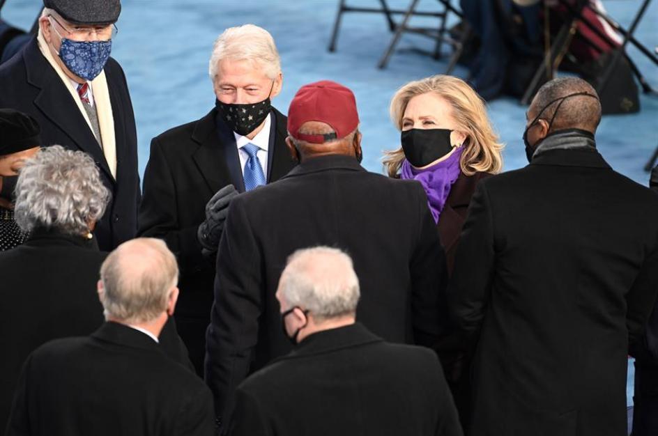 El matrimonio formado por el expresidente Bill y la exsecretaria Hillary Clinton a su llegada para el acto de investidura de Joe Biden.